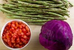 Verduras frescas en la tabla de madera imagen de archivo libre de regalías