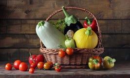 Verduras frescas en la tabla Todavía vida en estilo rústico Fotografía de archivo libre de regalías