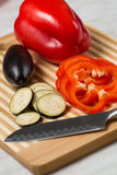 Verduras frescas en la tarjeta de corte Imagen de archivo libre de regalías
