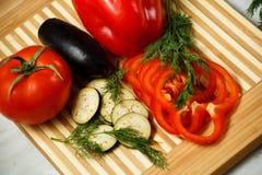 Verduras frescas en la tarjeta de corte Fotografía de archivo