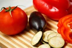Verduras frescas en la tarjeta de corte Fotos de archivo