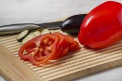 Verduras frescas en la tarjeta de corte Foto de archivo
