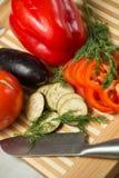 Verduras frescas en la tarjeta de corte Fotografía de archivo libre de regalías