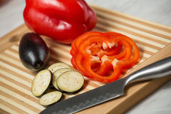 Verduras frescas en la tarjeta de corte Imagen de archivo