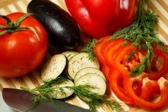 Verduras frescas en la tarjeta de corte Fotos de archivo libres de regalías