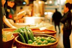 Verduras frescas en la tienda de la calle fotografía de archivo