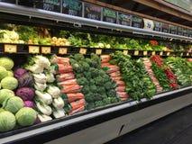 Verduras frescas en la venta del refrigerador fotos de archivo