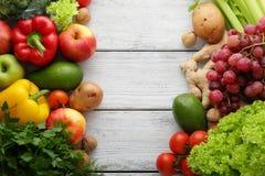 Verduras frescas en los tableros blancos Fotografía de archivo