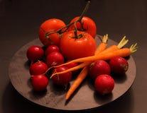 Verduras frescas en pizarra Imagen de archivo