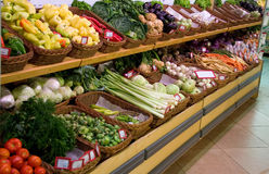 Verduras frescas en supermercado Imagen de archivo