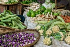 Verduras frescas en un mercado local Foto de archivo libre de regalías
