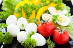 Verduras frescas en un plato y los huevos de codornices imagenes de archivo