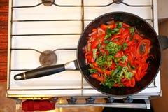 Verduras frescas en un sartén, cocinando la cocina de la comida en casa Fotografía de archivo