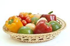 Verduras frescas en una cesta Fotos de archivo libres de regalías