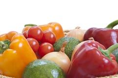 Verduras frescas en una cesta fotos de archivo