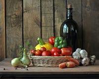Verduras frescas en una cesta Imágenes de archivo libres de regalías