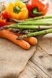 Verduras frescas en una cocina del país Imagenes de archivo