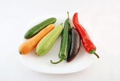 Verduras frescas en una placa Foto de archivo libre de regalías