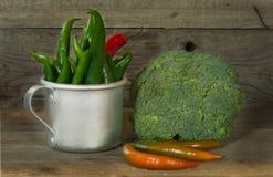 Verduras frescas en una tabla de madera vieja Imágenes de archivo libres de regalías