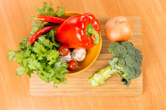Verduras frescas en una tajadera Fotografía de archivo