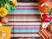 Verduras frescas en una toalla de cocina rayada colorida CCB del otoño Imágenes de archivo libres de regalías