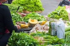 Verduras frescas en venta en mercado en Asia en Tailandia imagen de archivo libre de regalías