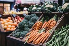 Verduras frescas en venta en una parada del mercado imagen de archivo libre de regalías