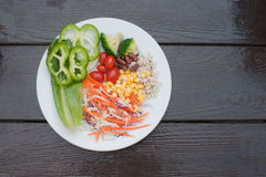 Verduras frescas, habas, zanahorias, tomates sanos. Foto de archivo