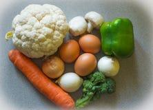 Verduras frescas, karfiol de las cebollas, bróculi, setas, pimientas a Imagen de archivo libre de regalías