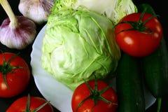 Verduras frescas naturales en fondo negro fotos de archivo