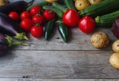 Verduras frescas orgánicas crudas en fondo de madera Cosecha del otoño, verduras coloridas, forma de vida sana, visión superior,  Fotos de archivo libres de regalías