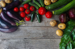 Verduras frescas orgánicas crudas en fondo de madera Cosecha del otoño, verduras coloridas, forma de vida sana, visión superior,  Foto de archivo libre de regalías