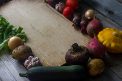 Verduras frescas orgánicas crudas y tablero de madera en estilo rústico Tiempo de cosecha, verduras coloridas, forma de vida sana Fotos de archivo libres de regalías