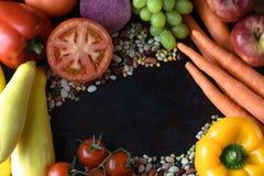 Verduras frescas orgánicas en fondo rústico; fotografía de archivo libre de regalías
