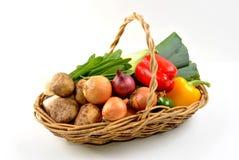verduras frescas orgánicas en una cesta Fotos de archivo libres de regalías