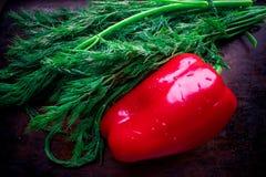 Verduras frescas - paprika rojo y eneldo verde fresco fotos de archivo