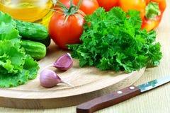 Verduras frescas para la ensalada en una tarjeta de corte Imagen de archivo libre de regalías