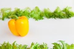 Verduras frescas - pimienta y hojas amarillas dulces de frillis Pimientas, rojo, amarillo, naranja, verde Imágenes de archivo libres de regalías