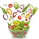 Verduras frescas que caen fotografía de archivo
