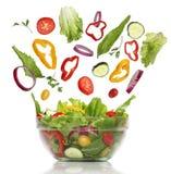 Verduras frescas que caen. Ensalada sana Foto de archivo libre de regalías
