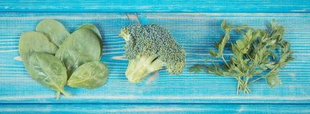 Verduras frescas que contienen el calcio y la fibra dietética, concepto de nutrición sana fotografía de archivo