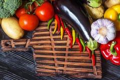 Verduras frescas que mienten en un viejo tablero de madera Fotografía de archivo