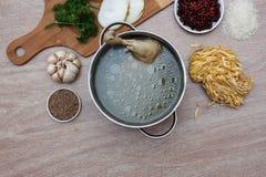 Verduras frescas, tallarines y habas del soupwith del pollo Imagen de archivo