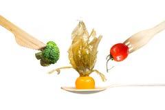 Verduras frescas tomate, bróculi, physalis en la bifurcación de madera, cuchillo, cuchara Fotografía de archivo libre de regalías
