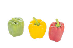 Verduras frescas tres pimientas rojas, amarillas, verdes dulces aisladas Imagenes de archivo