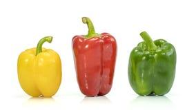 Verduras frescas tres pimientas rojas, amarillas, verdes dulces aisladas en blanco Fotografía de archivo