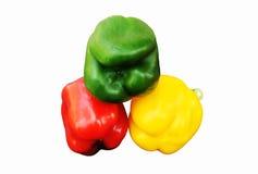Verduras frescas tres pimientas rojas, amarillas, verdes dulces aisladas en el fondo blanco Imágenes de archivo libres de regalías