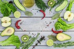 Verduras frescas verdes en una tabla de madera blanca Visión superior Foto de archivo libre de regalías
