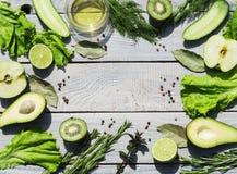 Verduras frescas verdes en una tabla de madera blanca Visión superior Fotos de archivo