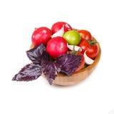 Verduras frescas y albahaca violeta en un cuenco de madera Fotos de archivo